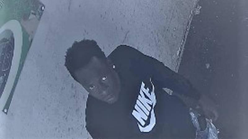 El hombre que ve en la fotografía en este artículo es uno de los sospechosos acusado de asaltar...