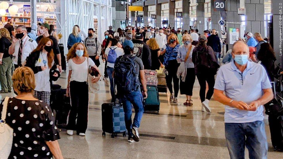 EEUU amplía orden de uso de mascarillas en aviones a enero